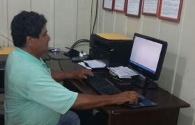 Aos 60 anos, trabalhador utiliza computador pela primeira vez